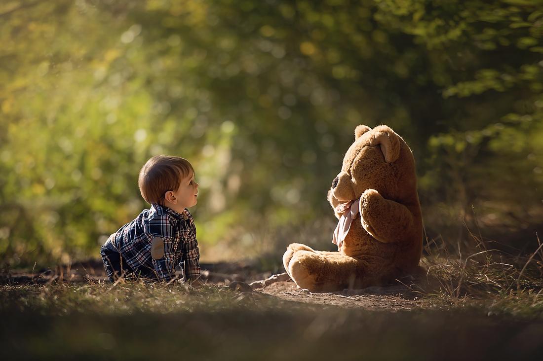 Kleiner Junge im Wald mit Teddybär - Fotoshooting an den Bärenseen